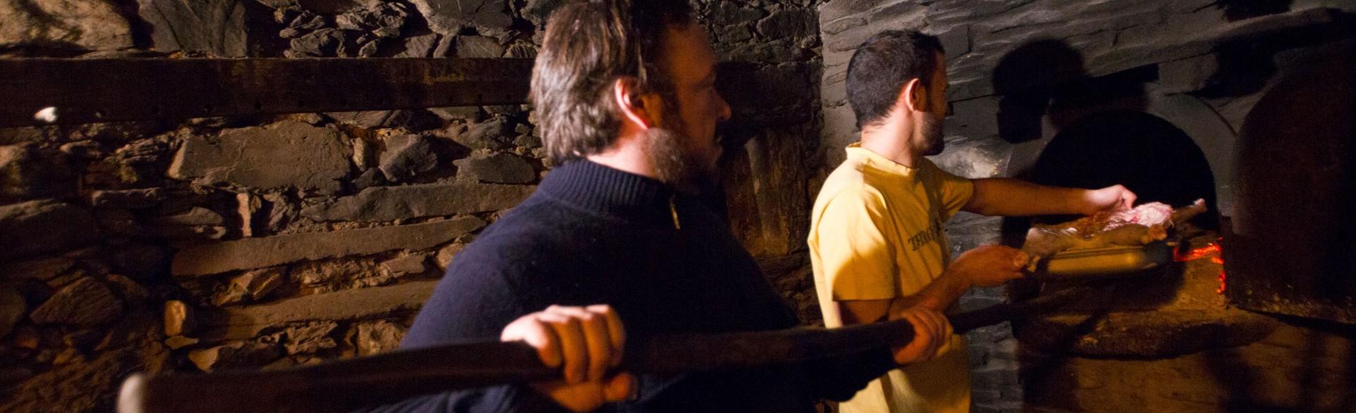 O cabrito é assado no mítico forno comunitário da aldeia
