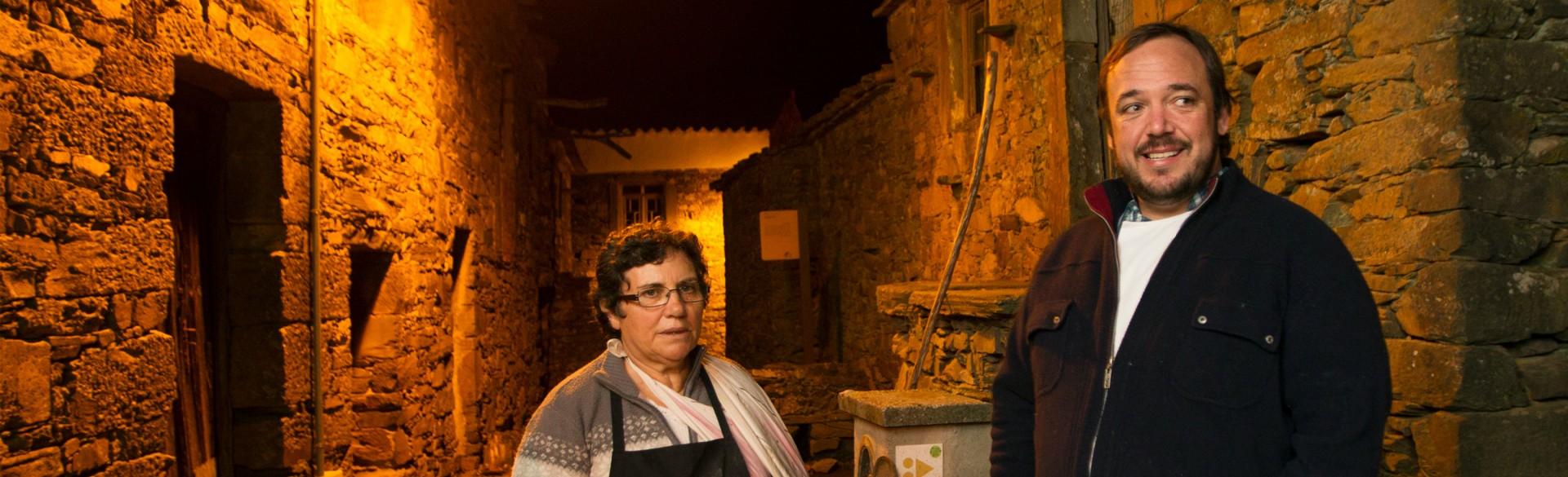 Os chefes Lúcia Matias e Rodrigo Castelo nas ruas da aldeia