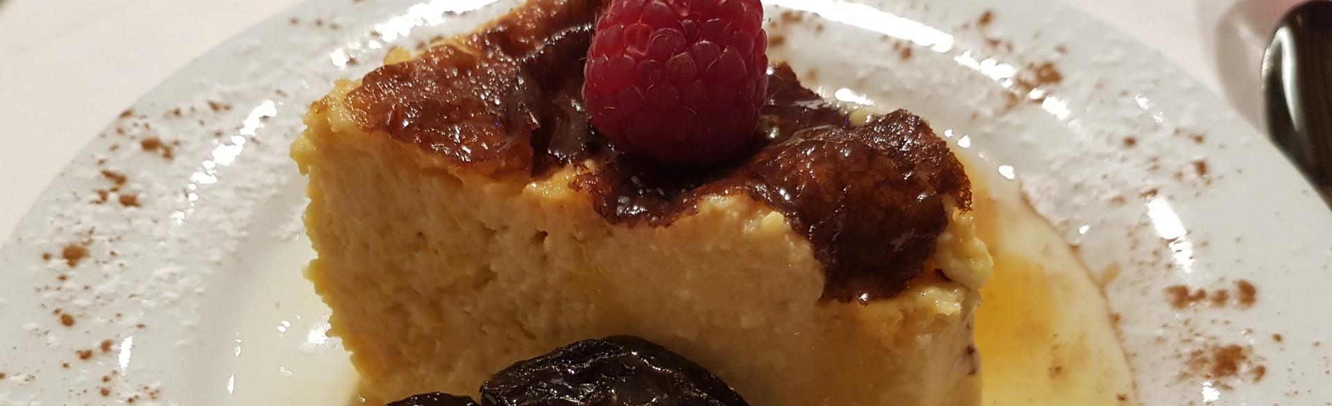 Tigelada com ameixa confitada e mel de castanheiro